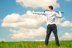 显示他的手对在左框架的空间,人的高尔夫球运动员与 库存图片