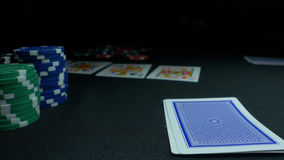 显示他的甲板的人在扑克牌游戏 纸牌运动员在背景中登记他的手,两一点,芯片在绿色 库存照片