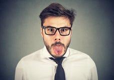 显示他的舌头的一个人的画象 免版税图库摄影