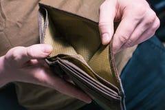 显示他空的钱包-没有金钱的人概念 免版税库存图片