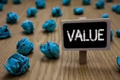 显示价值的文字笔记 企业被认为高度重大可贵的深蓝纸imag照片陈列某事的或某人 免版税库存图片