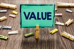 显示价值的文本标志 概念性照片或某人被认为高度重大可贵的任意剪贴美术工作板某事 库存照片