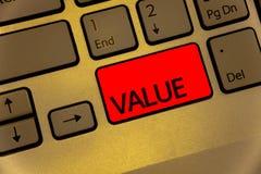 显示价值的文本标志 概念性照片或某人被认为高度重大可贵的键盘褐色钥匙黄色某事l 免版税库存照片