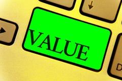显示价值的文本标志 概念性照片或某人被认为高度键盘键yello的重大贵重物品关闭某事 免版税图库摄影