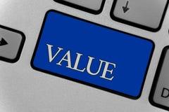 显示价值的概念性手文字 企业照片文本或某人被认为高度重大可贵的键盘某事g 免版税库存照片