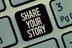 显示份额您的故事的文字笔记 陈列企业的照片要求某人对大约他自己写生活传记 免版税库存图片