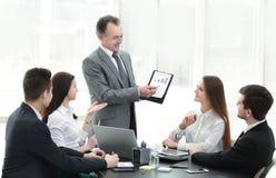 显示企业队,与财务数据的一张图表的微笑的经理 库存图片