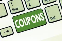 显示优惠券的文本标志 折扣礼物价格促进销售的概念性照片证明票标签 免版税图库摄影