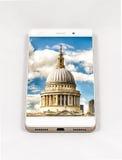显示伦敦,英国的整个银幕的图片现代智能手机 免版税库存照片