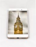 显示伦敦,英国的整个银幕的图片现代智能手机 图库摄影