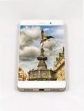 显示伦敦,英国的整个银幕的图片现代智能手机 免版税图库摄影