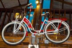 显示作为装饰的可口可乐自行车有限版在可口可乐博物馆` Baan轰隆Khen ` 库存照片