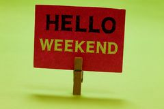 显示你好周末的文本标志 举行红色的概念性照片星期五逃走冒险阳放松邀请晒衣夹 库存照片