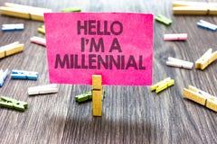显示你好我的文字笔记是千福年的 在潮流的企业照片陈列的人到达的年轻成年 库存图片