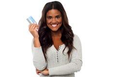 显示信用卡的俏丽的妇女对照相机 免版税库存图片