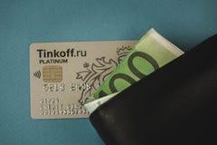 显示信用卡的商人的播种的图象在钱包在书桌 免版税库存图片