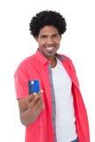 显示信用卡的愉快的人 免版税图库摄影