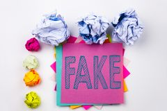 显示假新闻的文字文本写在稠粘的笔记在有螺丝纸球的办公室 假新闻的企业概念在丝毫 库存图片