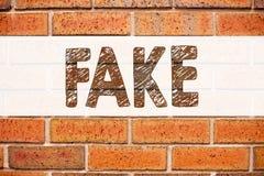 显示假新闻的概念性公告文本说明启发 在老砖背景写的假新闻的企业概念 免版税库存图片