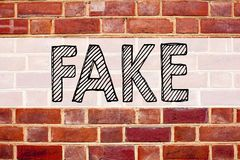 显示假新闻的概念性公告文本说明启发 在老砖背景写的假新闻的企业概念 库存照片