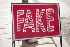 显示假新闻的概念性手文字文本说明启发 在公告路写的假新闻的企业概念si 库存图片