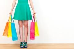 显示全部购物袋的绿色礼服妇女 库存照片