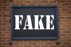 显示公告假新闻的概念性手文字文本说明启发 在框架写的假新闻的企业概念o 免版税库存照片