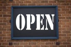 显示公告的概念性手文字文本说明启发开放 在框架写的商店开头的企业概念老 免版税库存图片
