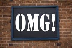 显示公告OMG的概念性手文字文本说明启发哎呀 惊奇的幽默书面o企业概念 免版税图库摄影