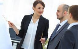 显示关于flipchart的女商人企业队信息 图库摄影