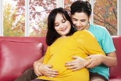 显示关心的父母对他们的婴孩 免版税图库摄影