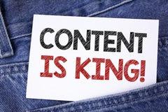 显示内容的文本标志是Motivational Call国王 概念性在稠粘的笔记写的照片战略网上互联网数字式seo 免版税库存照片