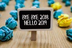 显示再见2018年你好2019年的文本标志 开始新年诱导消息的概念性照片2018年在纸夹举行wri 库存照片