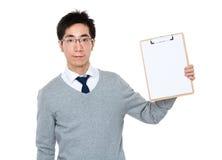 显示剪贴板的空白页年轻商人 免版税库存图片