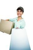 显示剪贴板的聪明的交付妇女藏品组装 免版税图库摄影