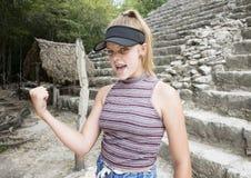 显示力量在上升以后和下降Nohoch Mul金字塔的十几岁的女孩 库存照片