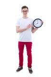 显示办公室时钟的英俊的十几岁的男孩隔绝在白色 免版税库存照片