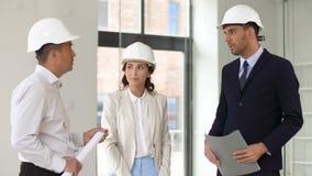 显示办公室的建筑师或地产商对顾客 影视素材