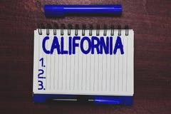 显示加利福尼亚的概念性手文字 企业照片在西海岸美国海滩的文本状态 库存图片