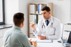 显示医学的医生对患者在医院 免版税图库摄影