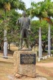 显示匾的詹姆斯・库克上尉雕象 免版税库存图片