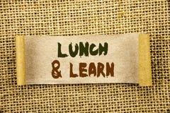 显示午餐的文字文本和学会 在泪花稠粘的笔记Pa写的企业照片陈列的介绍训练委员会路线 库存照片
