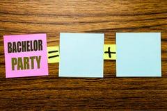显示单身聚会的文字文本 雄鹿乐趣的在木背景的稠粘的便条纸写Celebrate企业概念 EQ 免版税库存图片