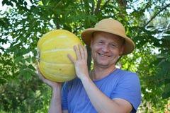 显示南瓜的园艺家 免版税库存照片