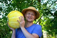 显示南瓜的园艺家 免版税图库摄影
