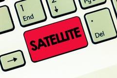 显示卫星的文本标志 概念性在围绕地球或另一个行星的轨道安置的照片人为身体 库存图片