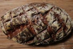 显示发怒舱口盖深砍标记的核桃面包大面包 图库摄影