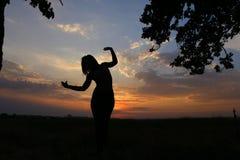 显示各种各样的姿势和跳舞在领域的亭亭玉立的女孩户外 免版税库存照片