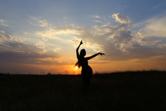 显示各种各样的姿势和跳舞在领域的亭亭玉立的女孩户外 免版税库存图片