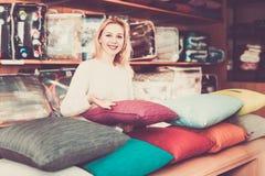 显示各种各样的家庭纺织品的妇女卖主 库存图片